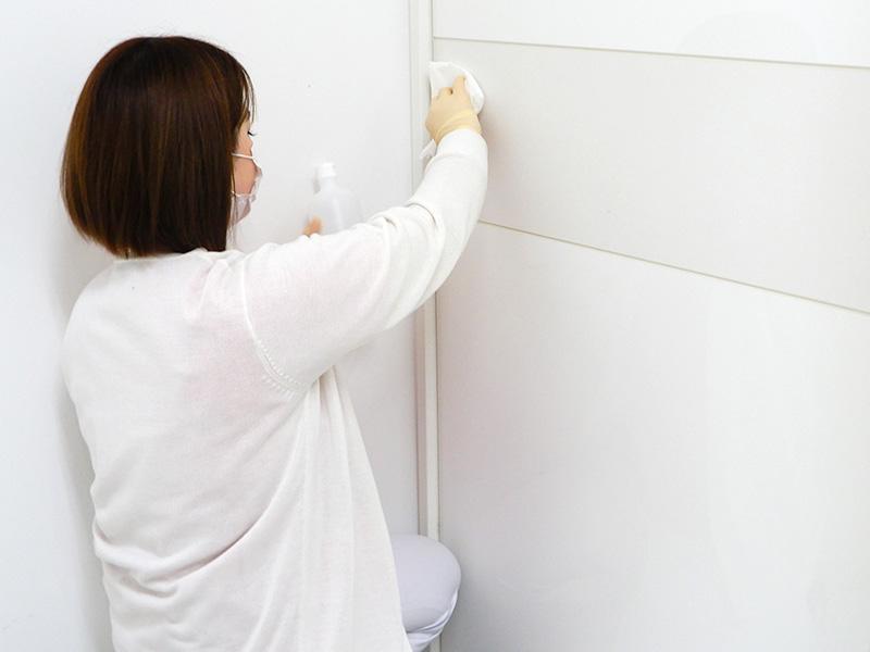 横浜マリアクリニックの施術室ドアの消毒